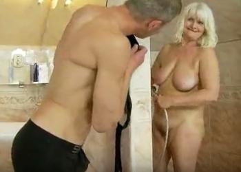 Espía a su abuela en la ducha para luego follar con ella