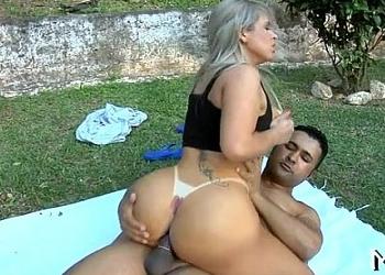 Milf brasileña goza del sexo anal con su amante al aire libre
