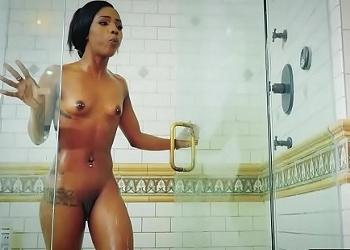 Al salir de la ducha su novio la sorprendió con una follada anal