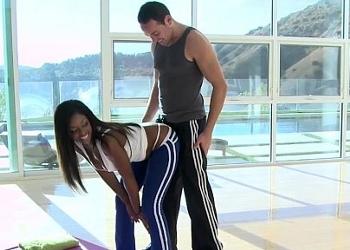 Negrita culona zorrea a su entrenador hasta acabar follando con él