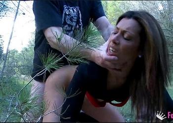 Sexo intenso en el bosque con una madura argentina muy cerda