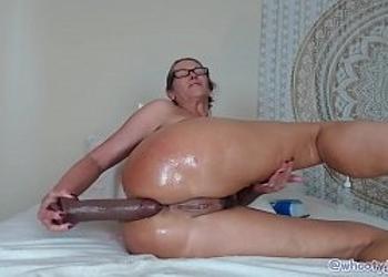 Vieja viciosa se masturba con consoladores muy grandes
