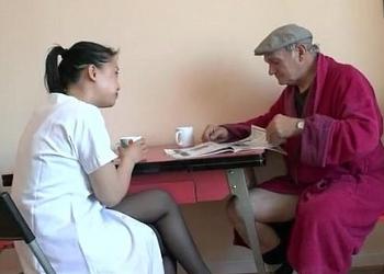 Viejo salido y afortunado tiene sexo oral con su cuidadora