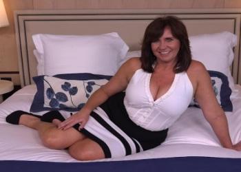 Madre pechugona en su primera escena porno