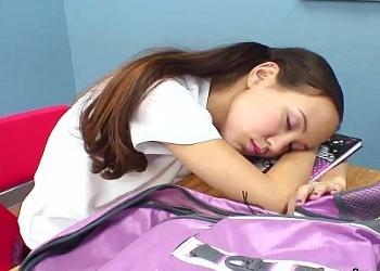 Se queda dormida en clase y su profesor la castiga con sexo duro