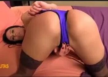 Madre muy caliente jugando con su coño rasurado