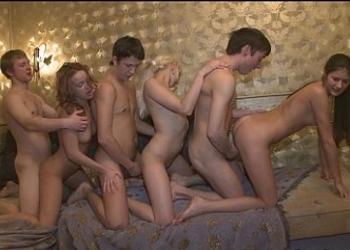 Parejas jóvenes rusas acaban la cena con una orgía casera
