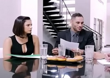 Violet Starr acaba la reunión follando con uno de sus jefes
