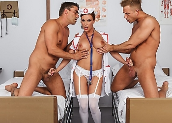 Dos pacientes le meten una doble penetración a una enfermera tetona
