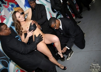 Remy LaCroix haciendo mamadas a un grupo de negros
