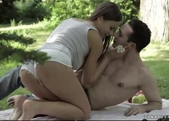 La tarde romántica en el bosque acaba con sexo anal al aire libre