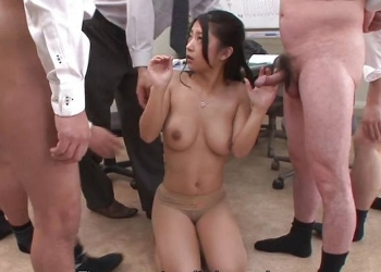 Asiática sumisa sometida por todos sus compañeros de trabajo