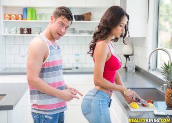 Pilla a su novia en la cocina con unos pantalones muy ajustados