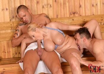 Coincide en la sauna con dos hombres sudorosos