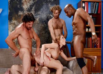 Brtiney Amber se ofrece sexualmente a sus compañeros de trabajo