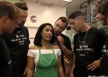 Clientes descontentos se follan en grupo a la única camarera del bar
