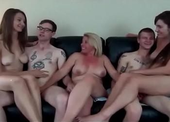 Esta familia celebra los cumpleaños montando orgías muy calientes