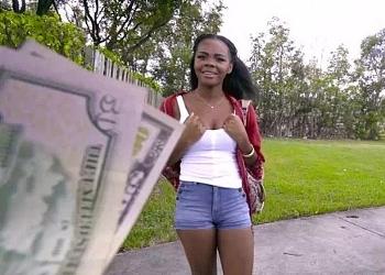 Acepta follar con un desconocido a cambio de dinero