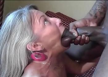 Abuela viciosa tiene varios orgasmos gracias a su amante negro
