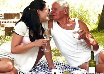 Está viviendo un bonito romance con un viejo afortunado