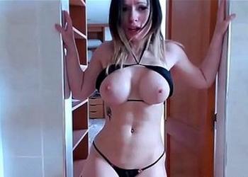 Enseña su bello cuerpo mientras al mismo tiempo tiene varios orgasmos