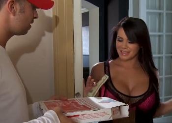 Savannah Stern le da una generosa propina al repartidor de pizzas