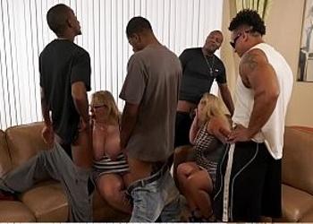 Amigas gordas organizan un gangbang interracial en casa