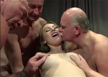 La joven cuidadora tuvo un gangbang con un grupo de ancianos