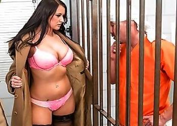 Alexis Grace entra en una celda para satisfacer a un preso