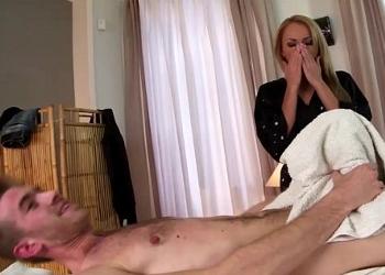 La masajista se quedó asombrada cuando le vio la polla a su cliente
