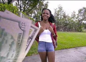 Acepta dinero de un desconocido a cambio de follar con él