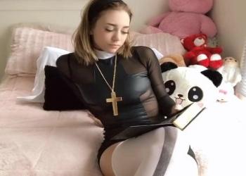 Zorrita inocente y muy religiosa se masturba el coño