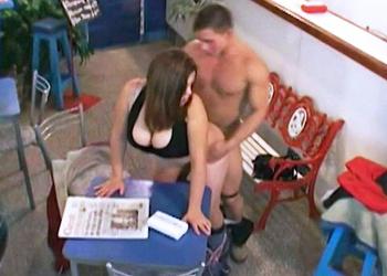 La cámara de seguridad pilla a un empleado follando con una clienta