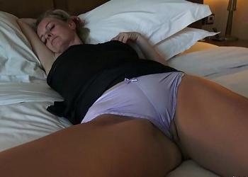 Se cuela en la habitación de una alemana y se la folla mientras duerme