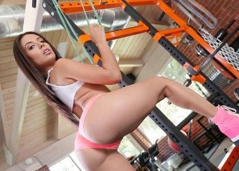 Jynx Maze provoca en el gimnasio en busca de sexo anal duro