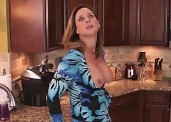 Echan un polvo rápido en la cocina antes de la cena familiar