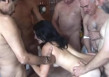 Grupo de viejos contratan a una prostituta joven para hacer un gangbang
