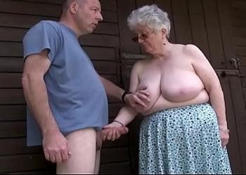 Abuela canosa le hace una mamada al aire libre a un vecino