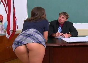 Entra sin llamar a la puerta y pilla a su profesor cambiándose de ropa