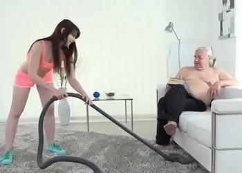 Mi joven sirvienta me limpia la casa y me regala sexo cada día