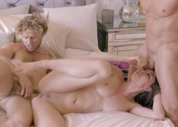 Aidra Fox recibe a sus dos amantes en lencería