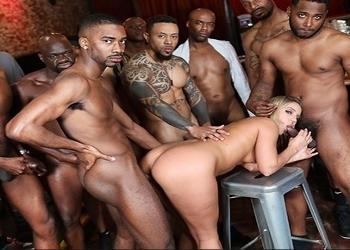 La camarera del bar acabó follada por todos los clientes