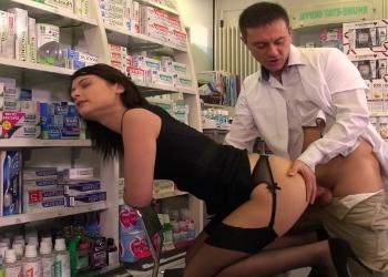 Francesa muy puta paga el tratamiento follando con el farmacéutico