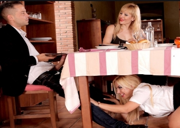 Deja a su novia en la mesa y se va con la camarera al baño