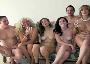 María y sus amigas organizan una orgía casera muy caliente