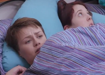 Amigas íntimas duermen juntas y acaban teniendo sexo lésbico