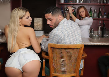 Abella Danger entra en un bar en busca de un hombre con el que follar