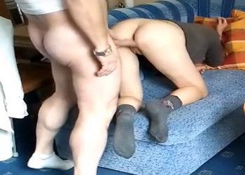 Matrimonio practicando sexo anal de manera brusca en el sofá