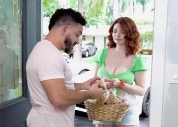 Va por las casas vendiendo sus ricas galletas desnuda