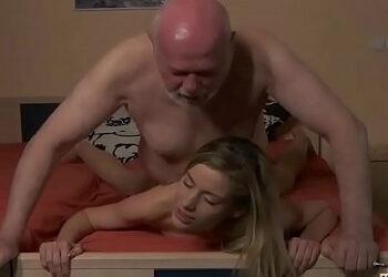 Queda con su jefe en un hotel para echar un buen polvo con él